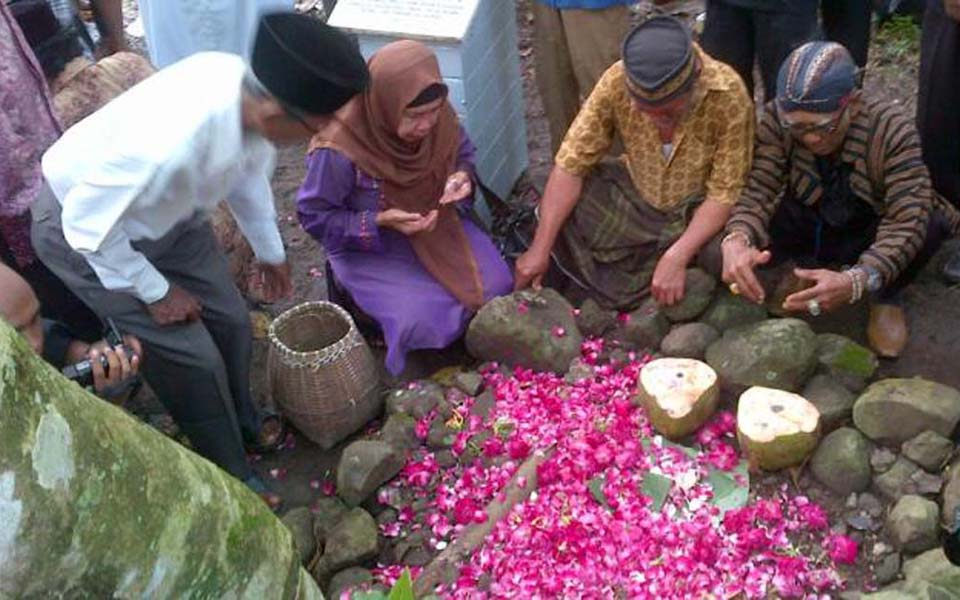 Families of 1965 victims scatter flowers and pray - June 2015 (Kompas)