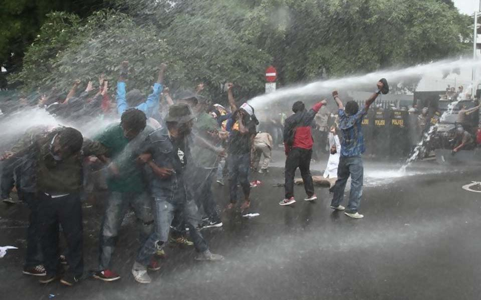 Police use water cannon to disperse Papuan demonstrators in Jakarta - December 1, 2016 (Rima News)