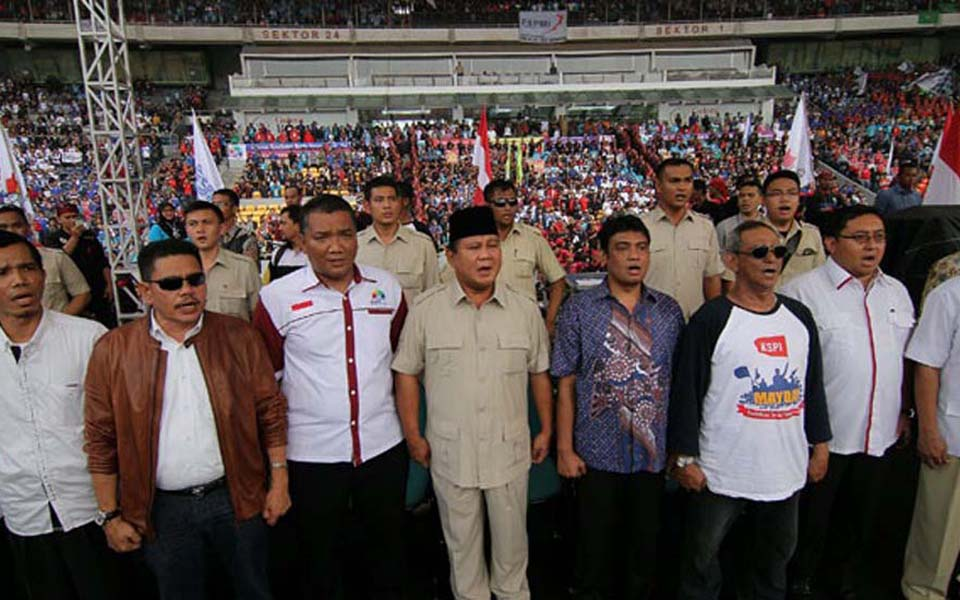 Prabowo Subianto and Said Iqbal (middle) at May Day rally organised by KSPI in Jakarta - May 1, 2014 (Tempo)