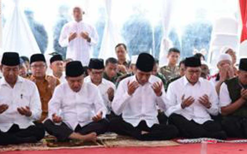 President Widodo and government officials listen to sermon by FPI leader Rizieq Shihab at Monas - December 2, 2016 (Setpres)