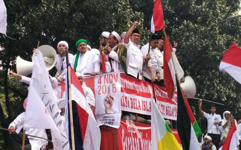 Nursita Sari, Amien Rais, Fadli Zon and Fahri Hamzah with Habib Rizieq on command vehicle at anti-Ahok demonstration in Jakarta - November 4, 2016 (Kompas)