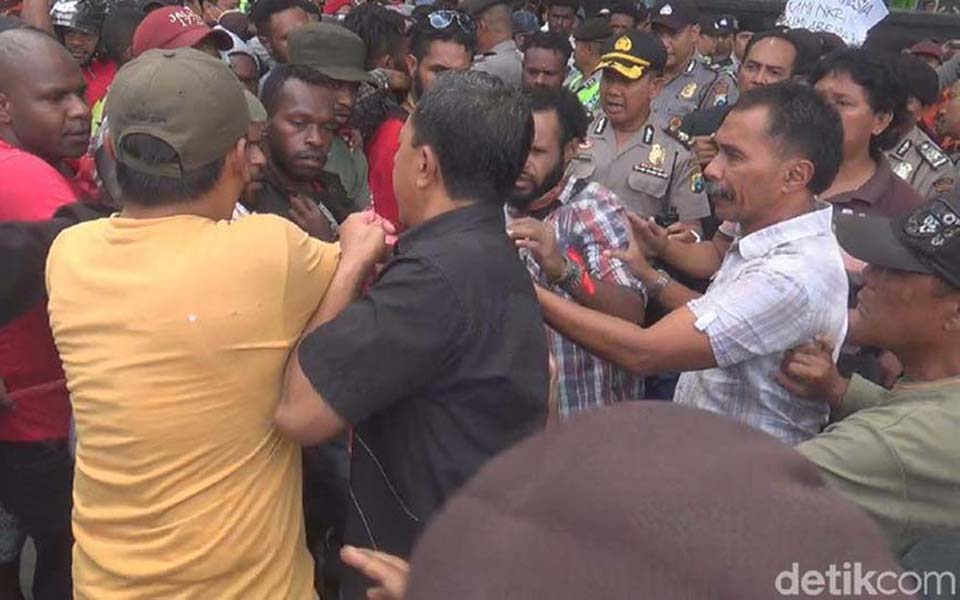 AMP protesters scuffle with police in Malang - December 19, 2017 (Detik)