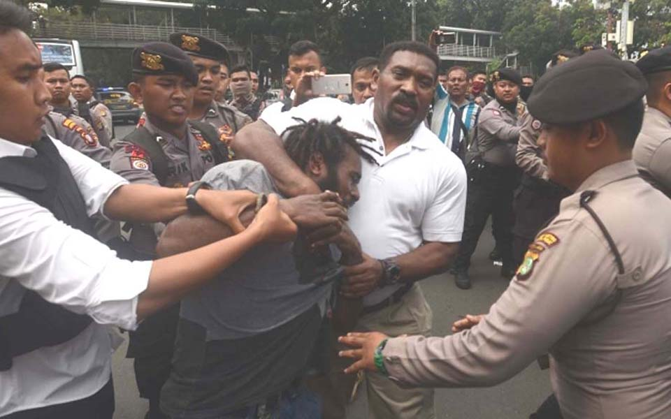 Police arrest Papuan protester during rally at State Palace in Jakarta - August 15, 2017 (Merdeka)