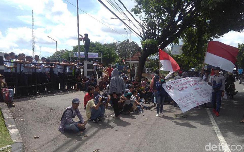 Students give speeches and blockade road in front of PT AP I - December 9, 2017 (Detik)