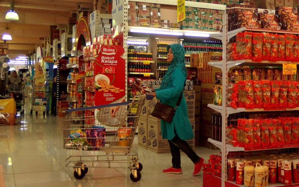 Woman shopping in supermarket (Antara)