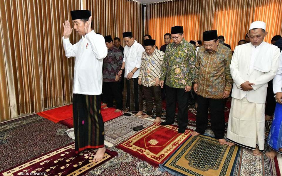President Widodo performing Islamic prayers (Presidential Palace)
