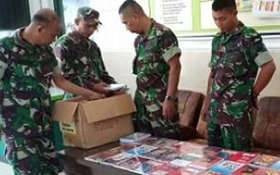 Soldiers confiscating 'communist books' in Kediri – December 26, 2018 (Istimewa)