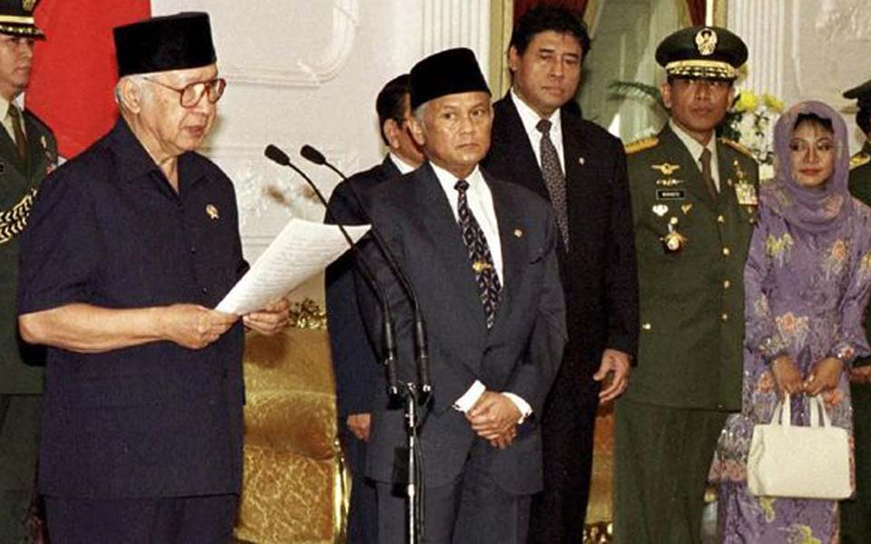 Suharto announcing his resignation as president – May 21, 1998 (Reuters)