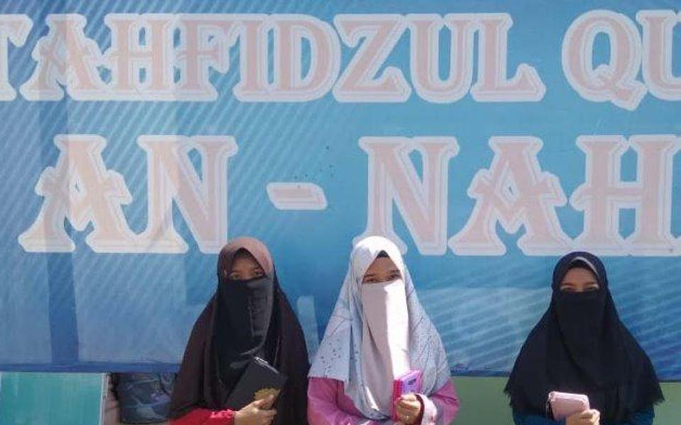 Female boarding school students wearing cadar – July 28, 2019 (Serambi)