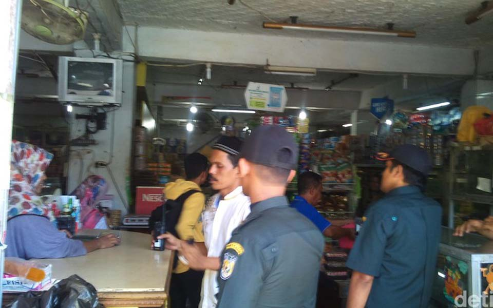 Officials patrol shops in Banda Aceh during Ramadan fasting month (Detik)