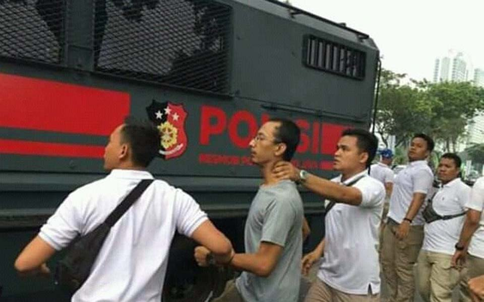 Plain clothes officers force man into police truck – August 16, 2019 (Buruh)
