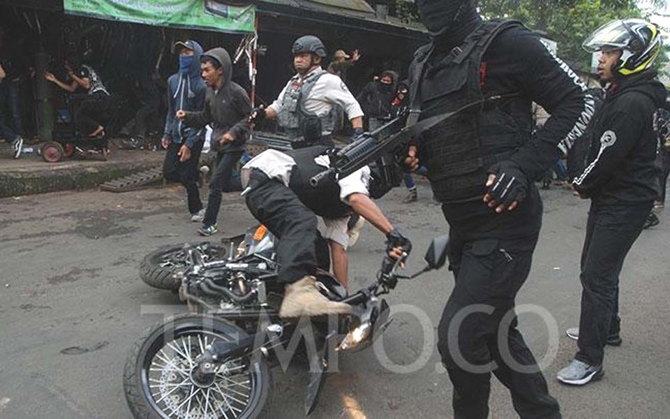 Police officer falls while chasing protesters in Bandung – May 1, 2019 (Tempo)