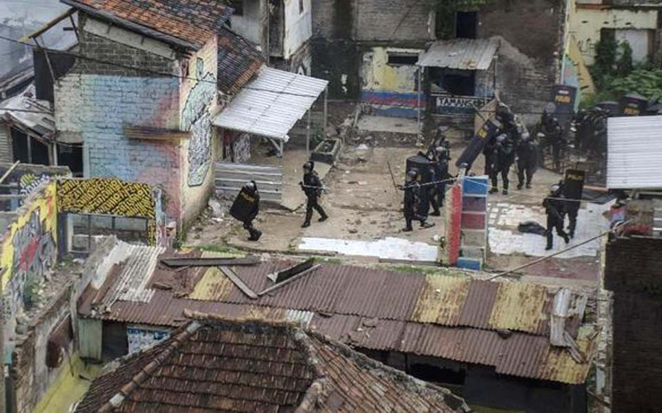 Police secure area after clash with residents in Tamansari – December 12, 2019 (Antara)