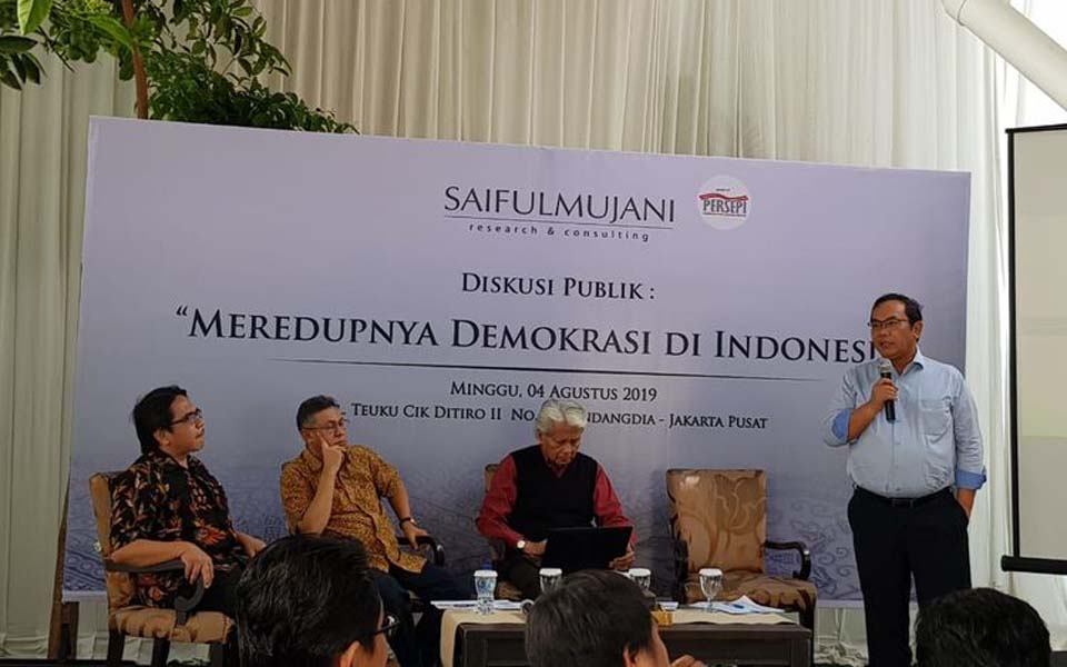 SMRC founder Saiful Mujani (right) during discussion in Jakarta – August 4, 2019 (Kompas)