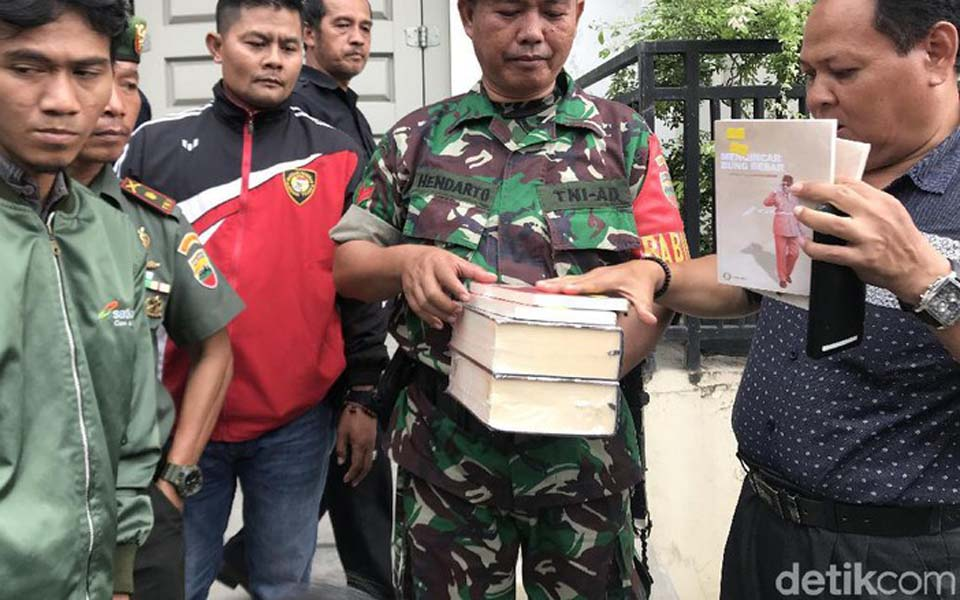 TNI solider holds confiscated communist books in Padang – January 8, 2019 (Detik)