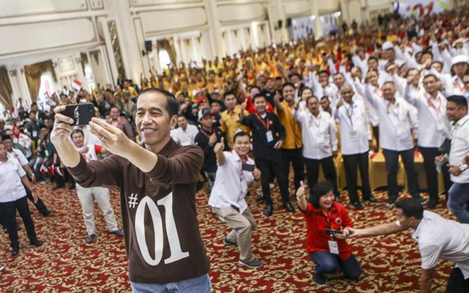 Widodo taking selfie with supporters in Palembang – November 25, 2018 (Antara)