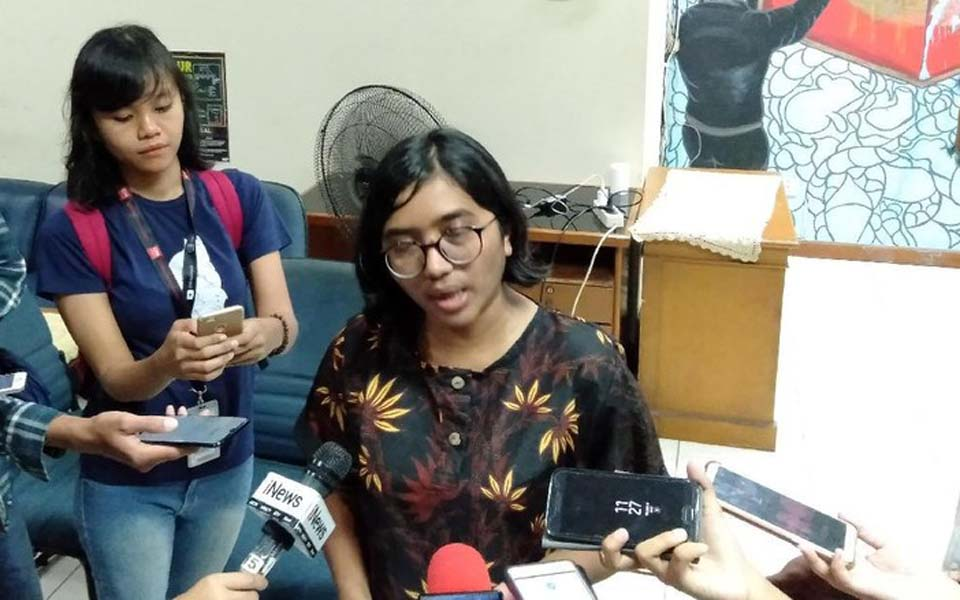 YLBHI Chairperson Asfinawati speaking to reporters (Detik)