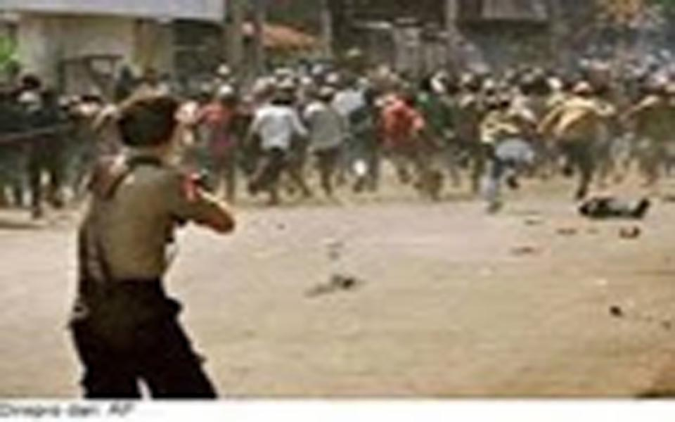 Brimob officer fires into crowd in Aceh (isbahannur)
