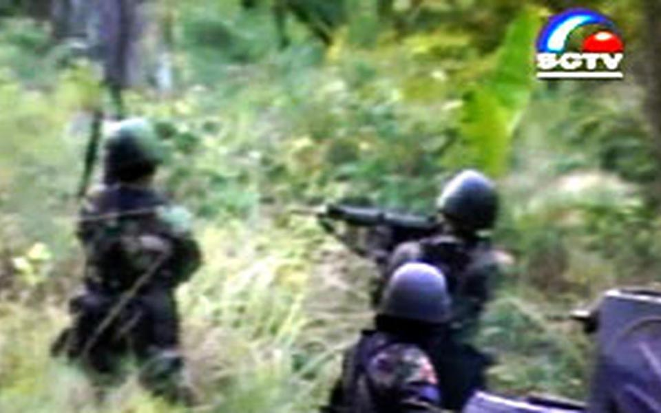 Indonesian soldiers fire at GAM fighters in Aceh (Liputan 6)