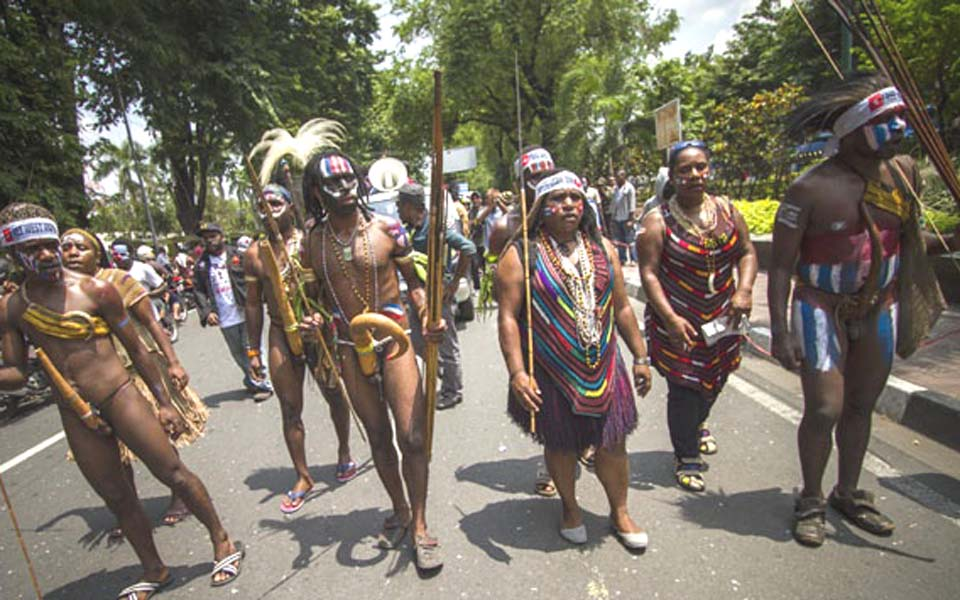 Papuans wearing traditional dress march in Yogyakarta (Tempo)