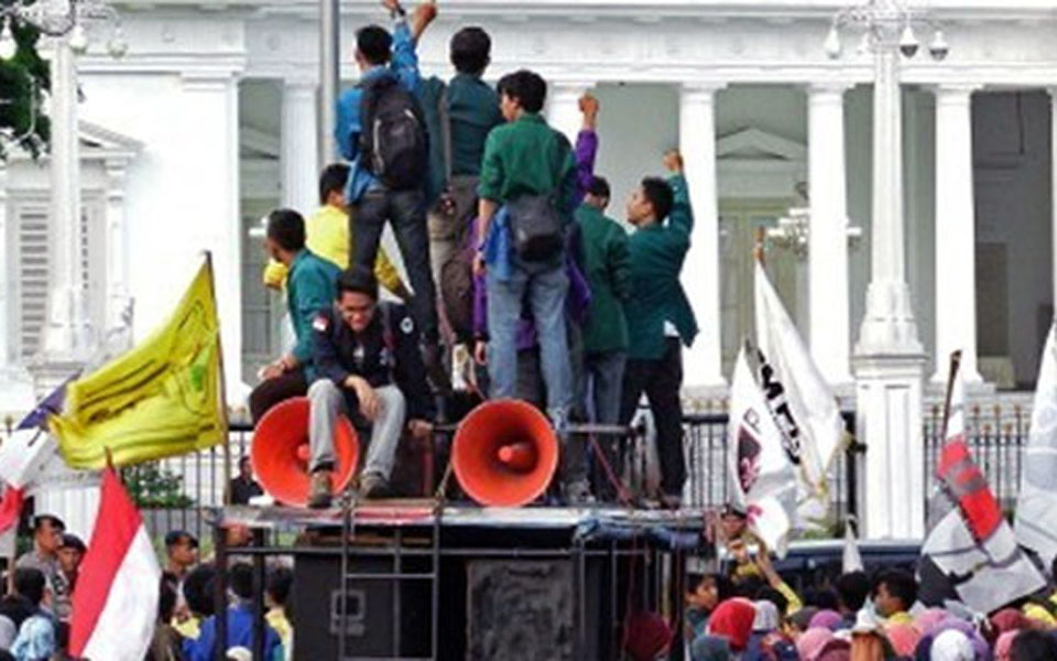 Student protest in front of the State Palace (RMOL)