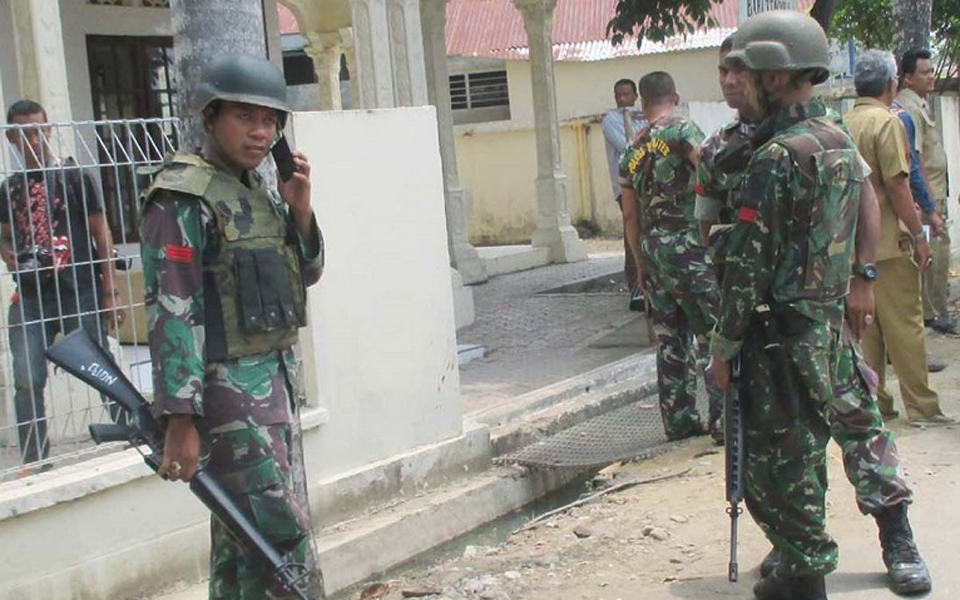 Indonesian soldiers patrol street in North Aceh (media-iyaa.)