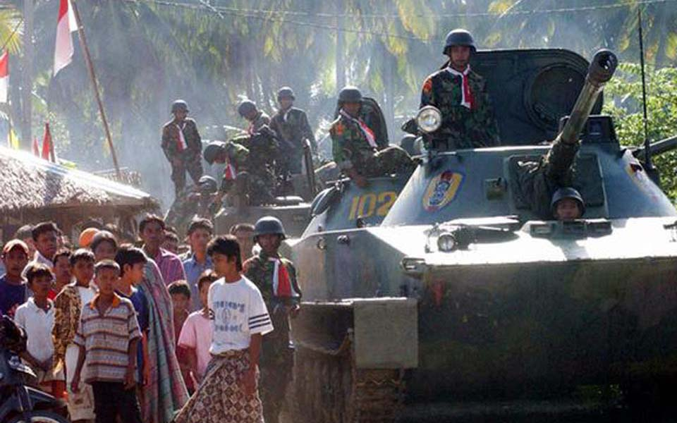 Indonesian tanks drive through village in Aceh (Portal Satu)