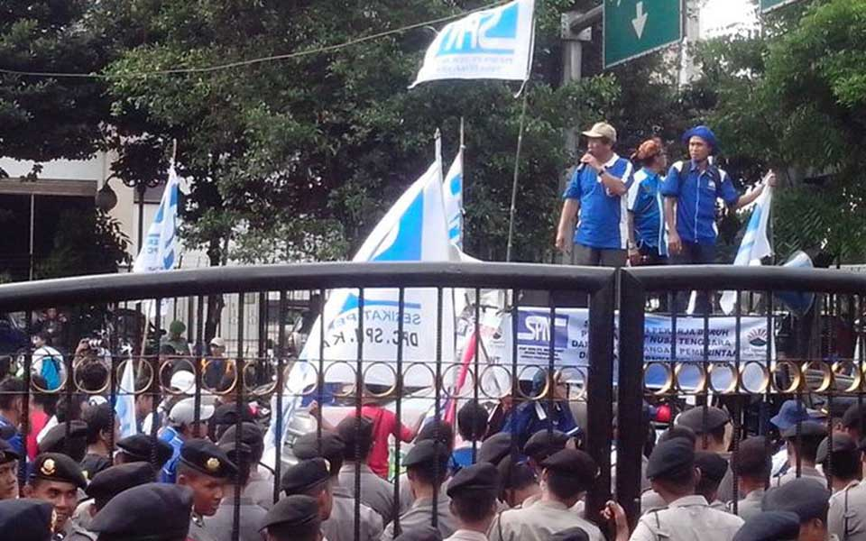 Labour protest at Newmont Mining office in Jakarta (Liputan 6)
