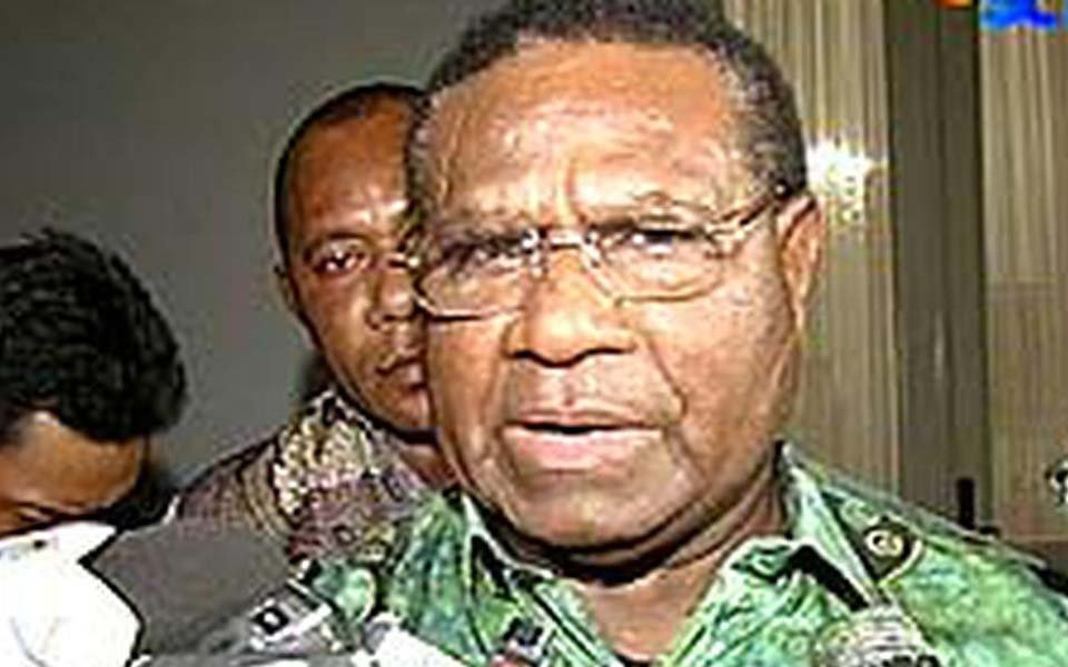 Papuan Governor J.P. Solossa speaks to journalists (Liputan 6)