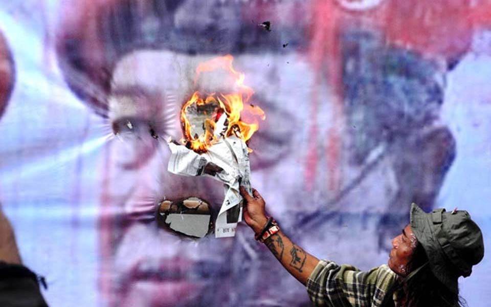 Protester burns photo of Susilo Bambang Yudhoyono (Detik)