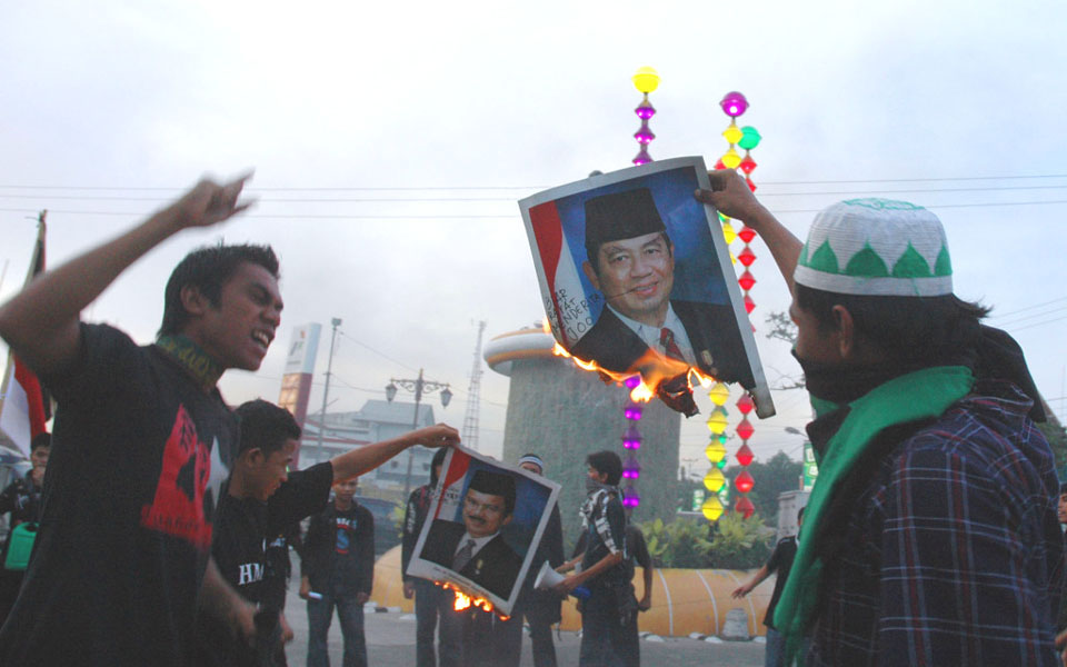 Protesters burn photos of Susilo Bambang Yudhoyono (Kapas Merah)