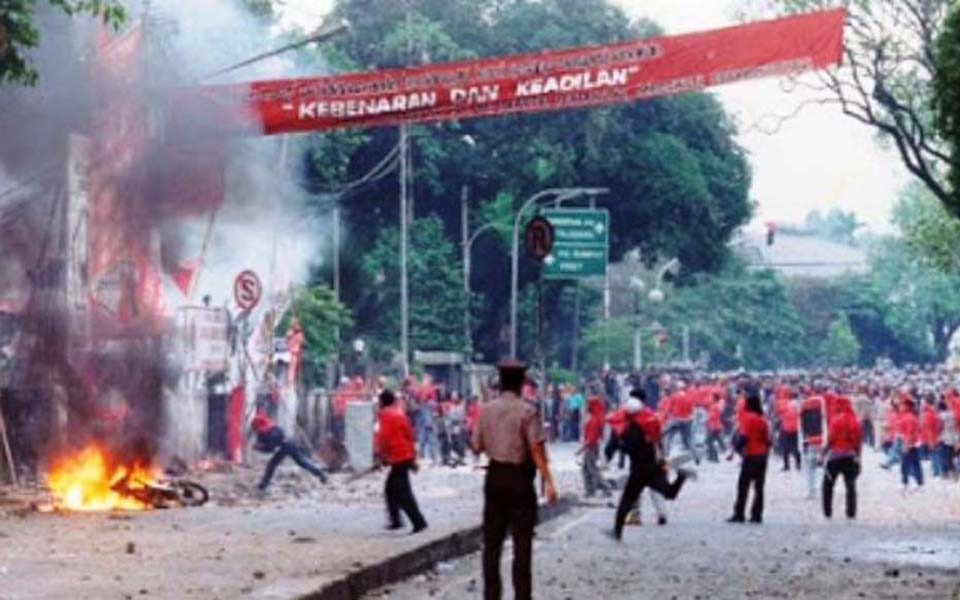 Scene outside Indonesian Democratic Party headquarters on July 27 (Koran Sulindo)