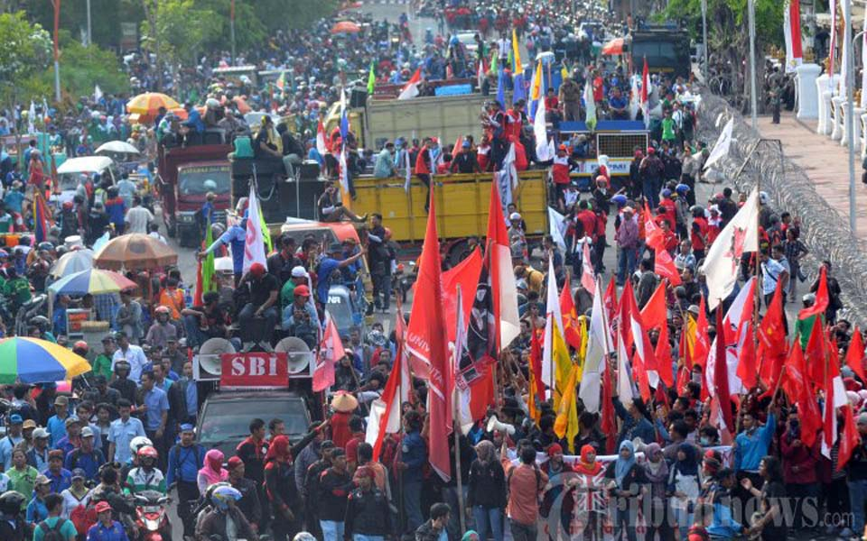 Student and workers protest in Surabaya (Tribune)