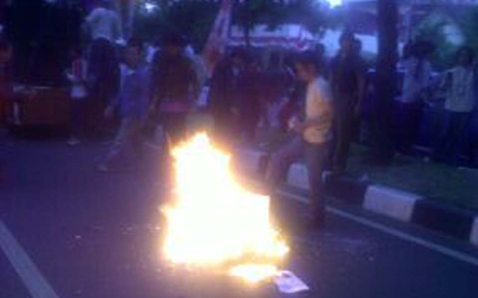 Students burn photos of Megawati (Detik)