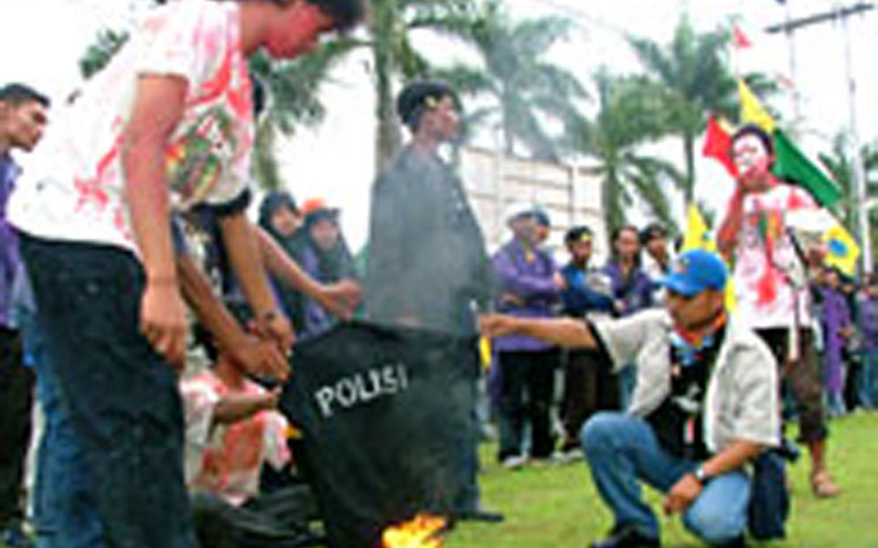 Students burn police uniform in protest against violence at UMI campus (kutaikartanegara)