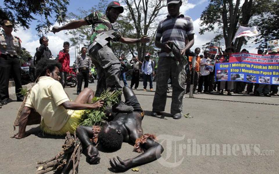 Theatrical action calling for end to military operations in Papua (Tribune)
