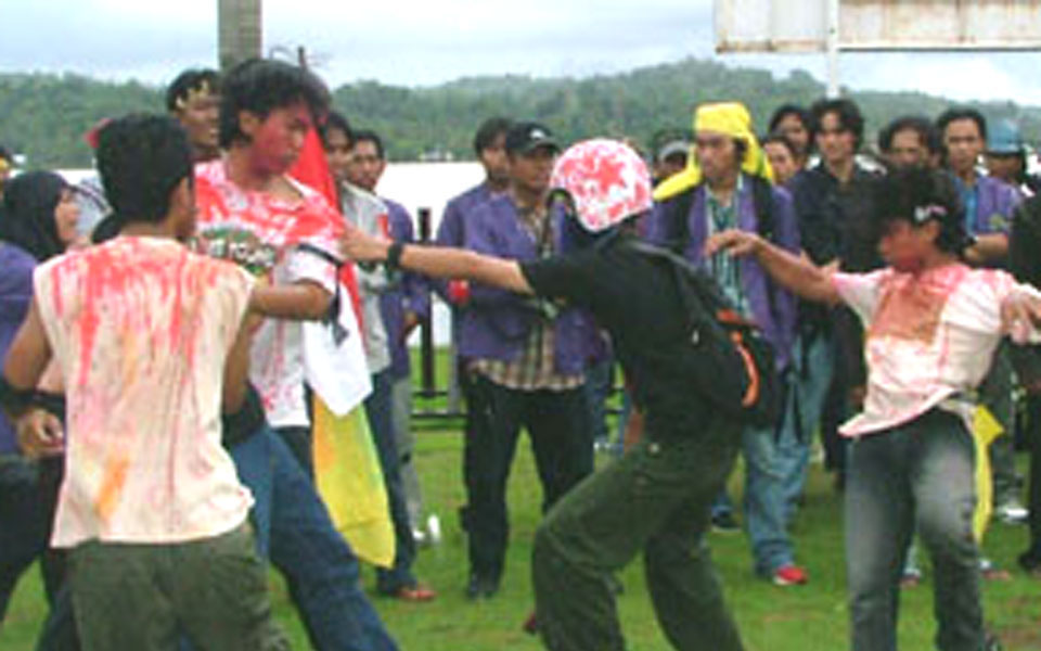 Theatrical action depicting police violence at UMI campus (kutaikartanegara)