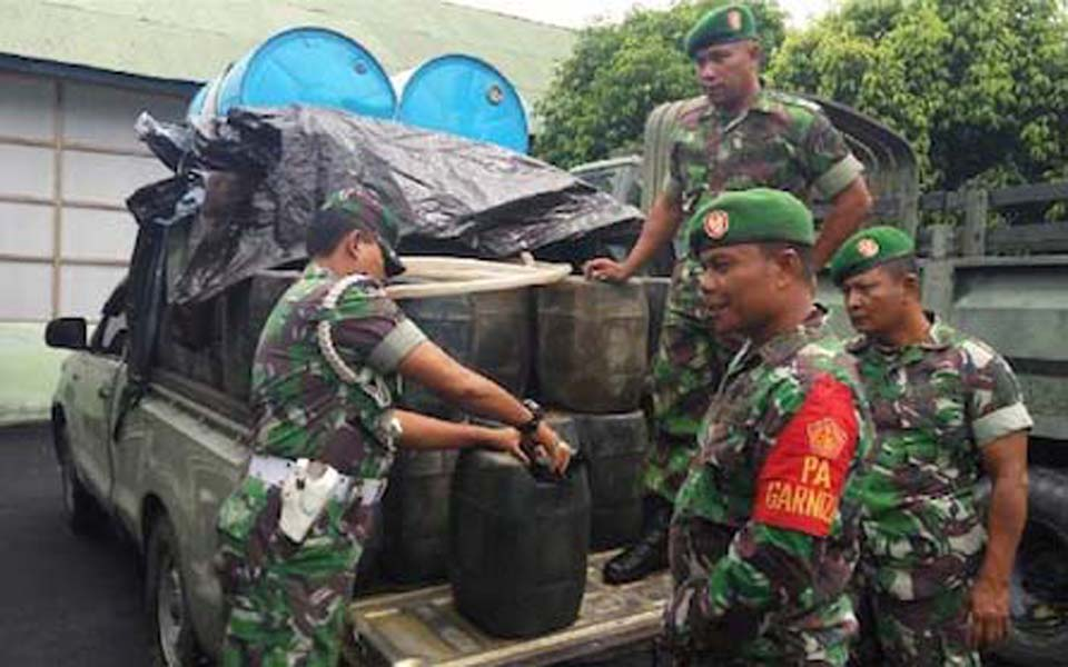 TNI soldiers load goods on to truck (Indo Progress)