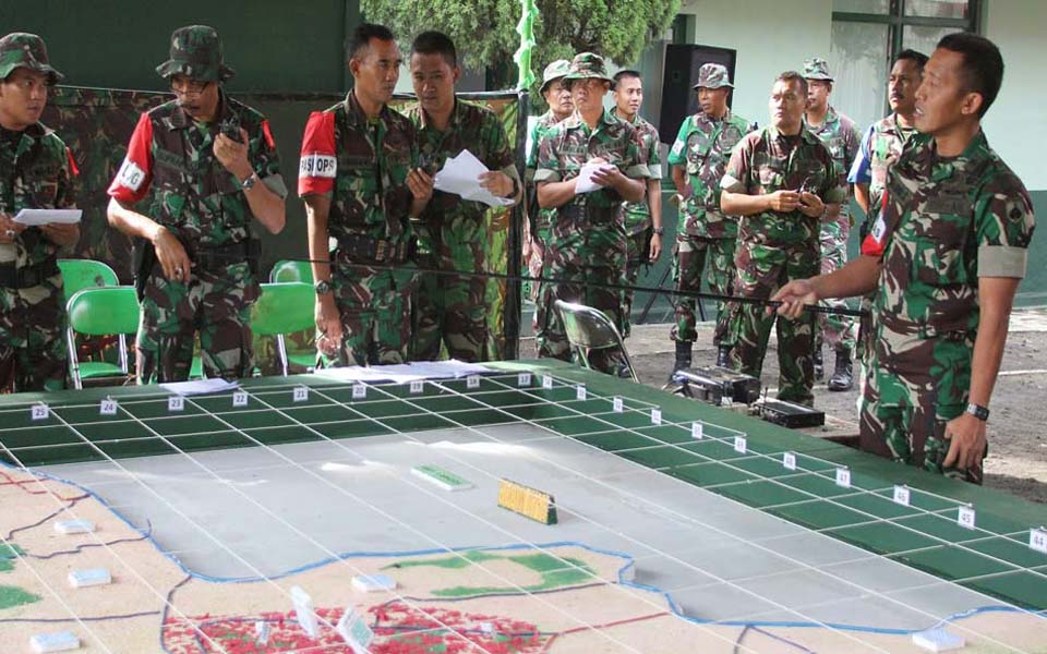 Army officer explains details of military map (Kodim Kudus)