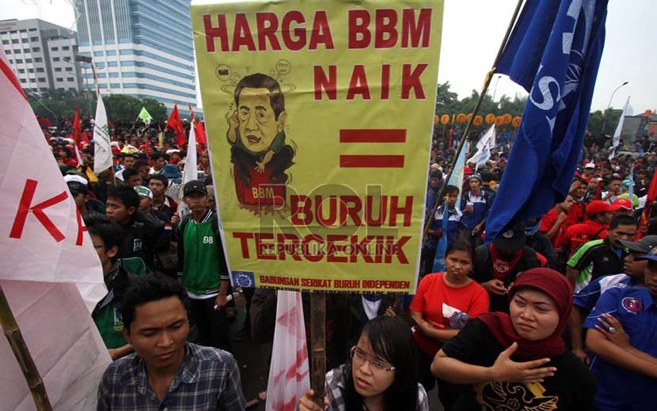Banner reads 'Fuel Prices go Up = Workers Strangled' (Republika)