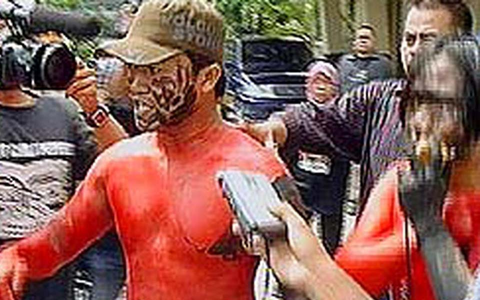 Clash during Munir protest outside Central Jakarta State Court - November 17, 2005 (Liputan 6)