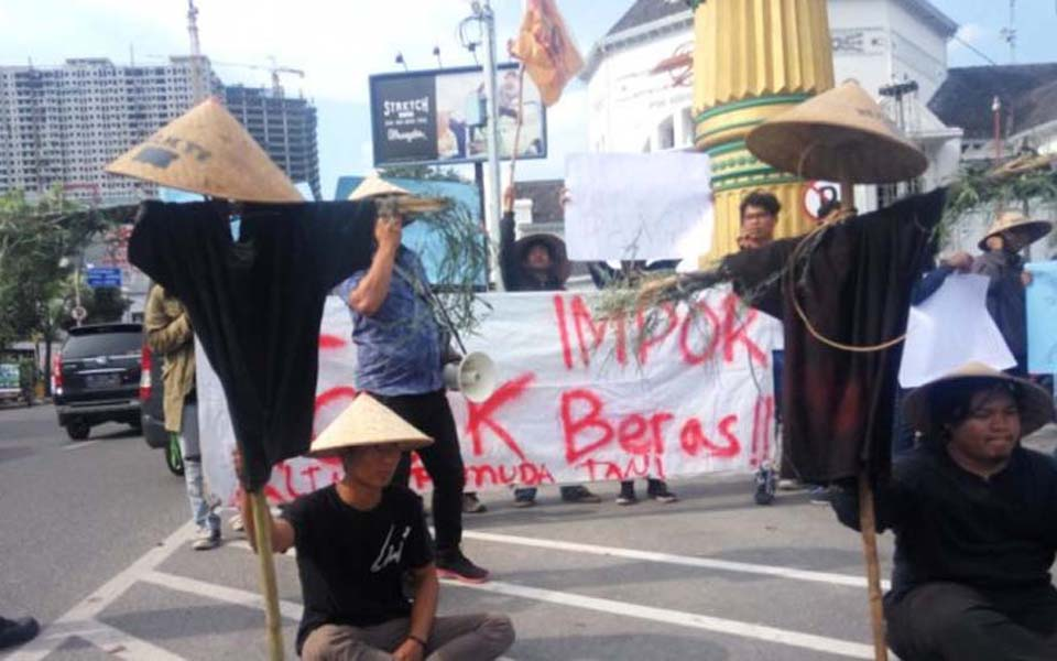 Protest against rice imports by students and Indonesian Farmers Youth (Tribune)