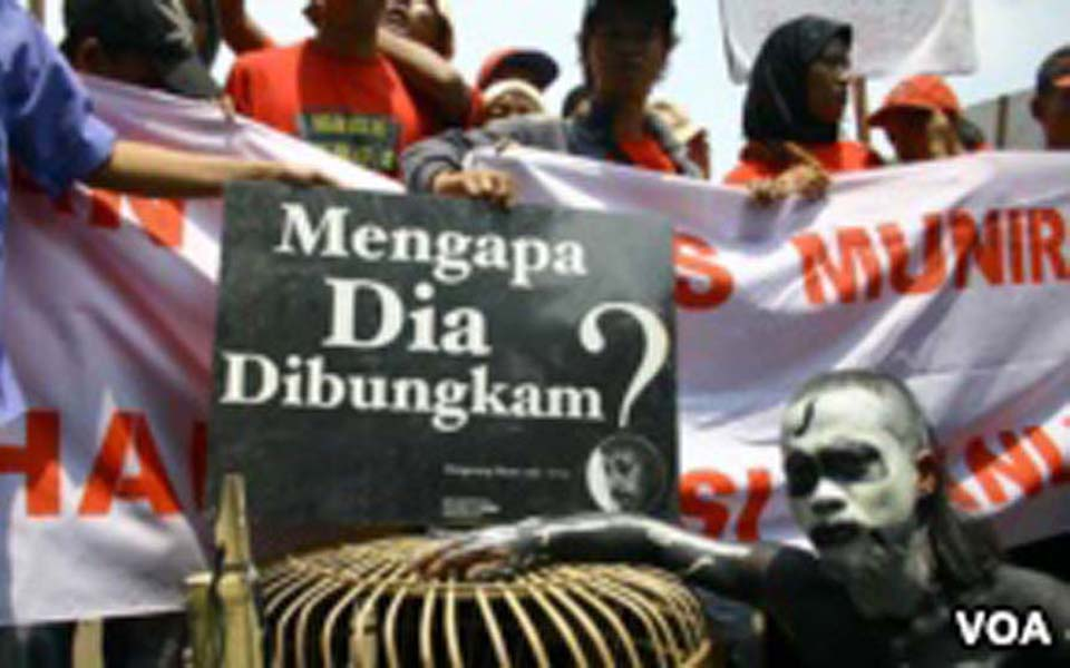 Protesters demand police arrest perpetrators of Munir's murder (VOA Indonesia)