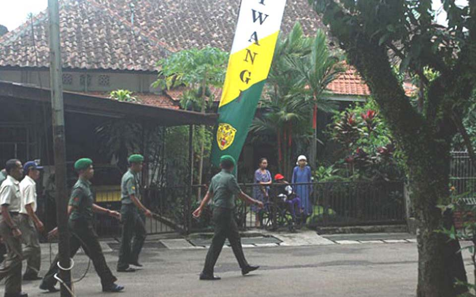Soldiers march past official retired military officers residence in Bandung (Tempo)