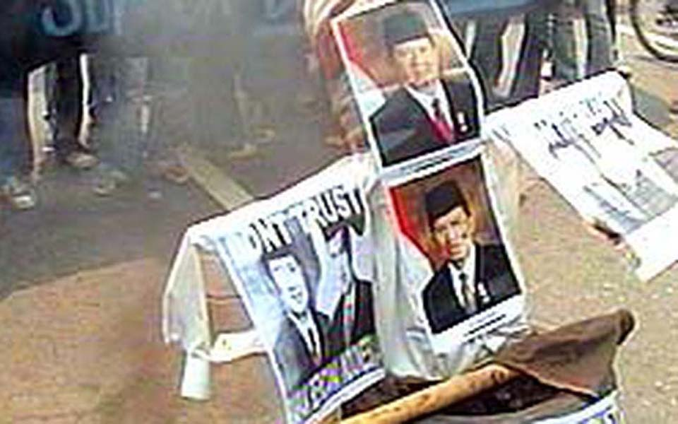 Student protesters burn pictures of SBY-JK (Liputan 6)
