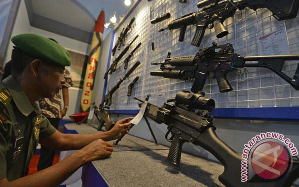 TNI officer looks at locally made assault rifles (Antara)