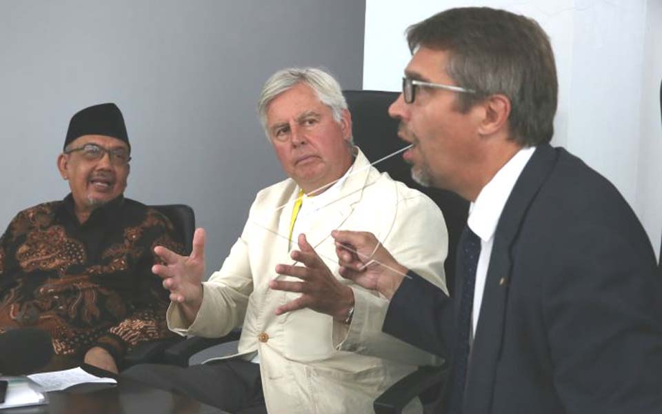 AMM chairperson Pieter Feith pictured centre (Antara)