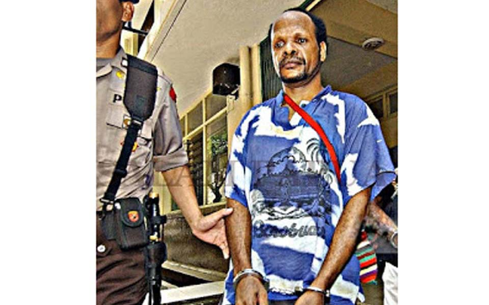 Antonius Wamang escorted by police in handcuffs (Salam Papua)