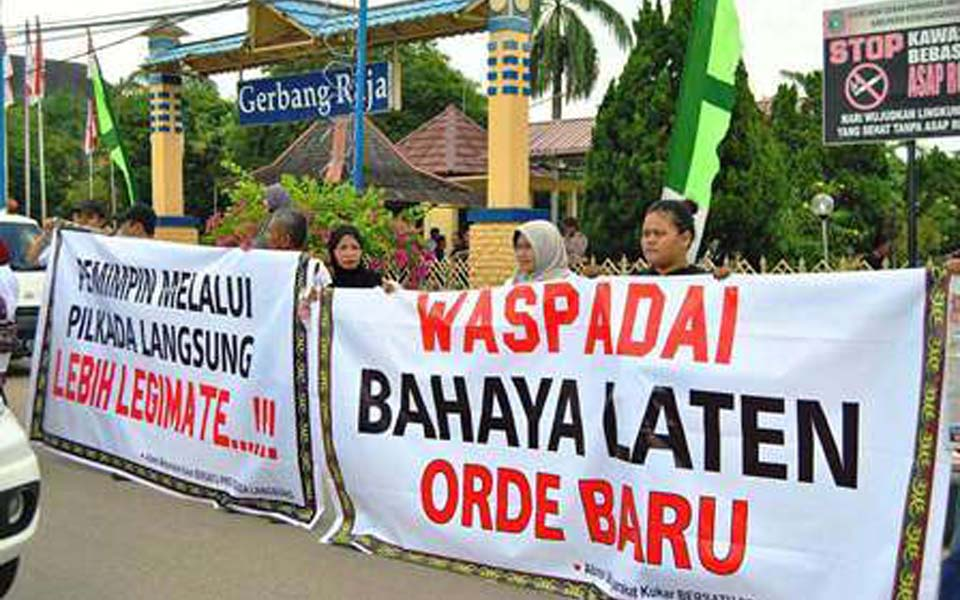 Banner reads 'Watch out for Latent Danger of the New Order' (Kabar 24)