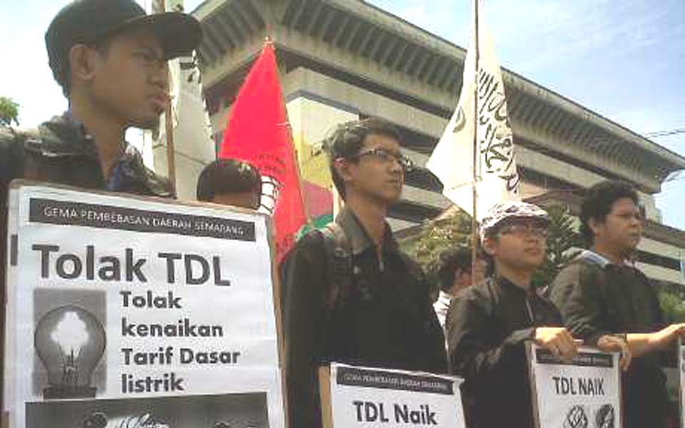 Banners read 'Reject the Electricity Tariff Price Hike' (Detik)